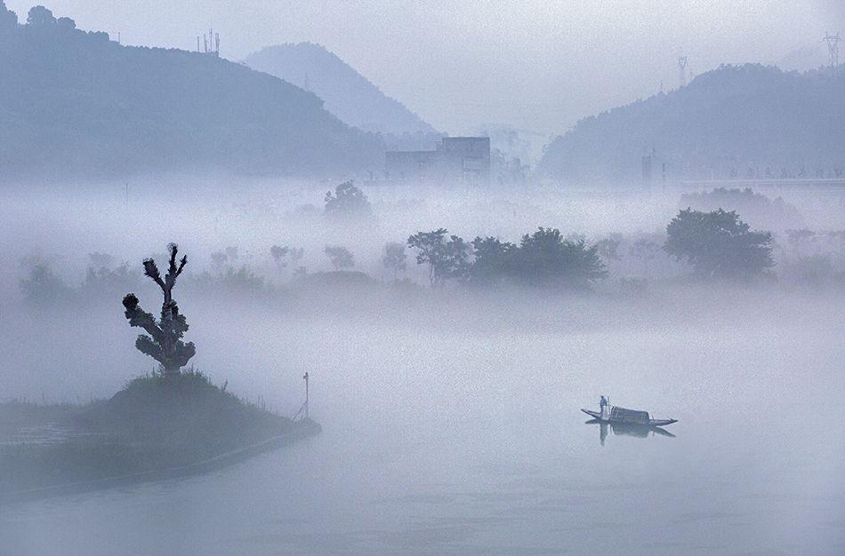 大雨过后,罕见的气雾迷漫雾瓯江,江边的景物朦朦胧胧,如梦幻一般
